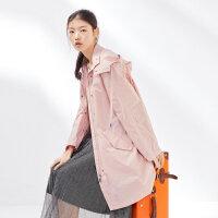 太平鸟女装粉色风衣女中长款春季新款连帽宽松时尚外套单排扣