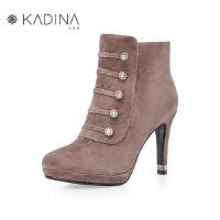 卡迪娜冬季款羊反绒烫钻饰扣细高跟防水台短靴KLA81516