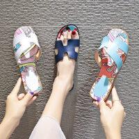 韩版时尚一字平底凉鞋女 海边休闲外穿沙滩鞋女 新款女士涂鸦风凉拖鞋