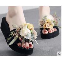 时尚新款坡跟凉拖鞋女外穿厚底花朵沙滩鞋防滑大码高跟一字拖