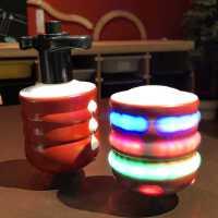 炫光足球陀螺玩具旋转七彩发光陀螺发射器音乐小飞碟英雄儿童陀螺