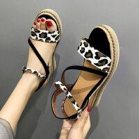 坡跟凉鞋女户外时尚百搭一字带厚底豹纹仙女风配裙子的鞋