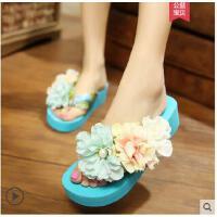 新款潮时尚韩版夹脚花朵人字拖女防滑厚底坡跟度假沙滩凉拖鞋