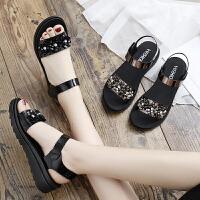 中年女士夏季平底女鞋中老年坡跟百搭厚底中跟新款妈妈鞋凉鞋